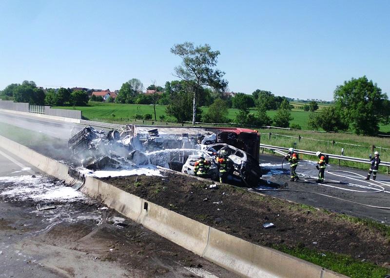 schwerer verkehrsunfall auf der autobahn lkw geht in flammen auf kreisfeuerwehrverband. Black Bedroom Furniture Sets. Home Design Ideas